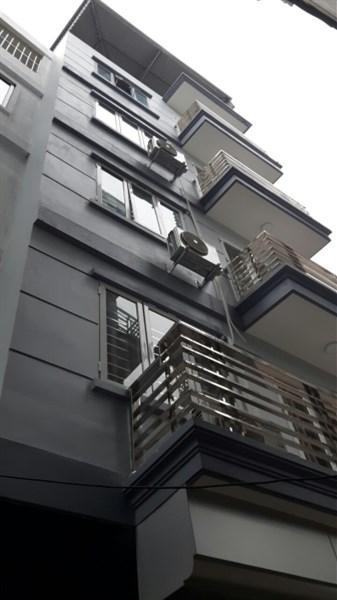 Bán nhà tại đường Phạm Văn Đồng, DT 32m2, 5 tầng, hướng Đông Nam, ô tô đỗ cổng, giá 2.3 tỷ
